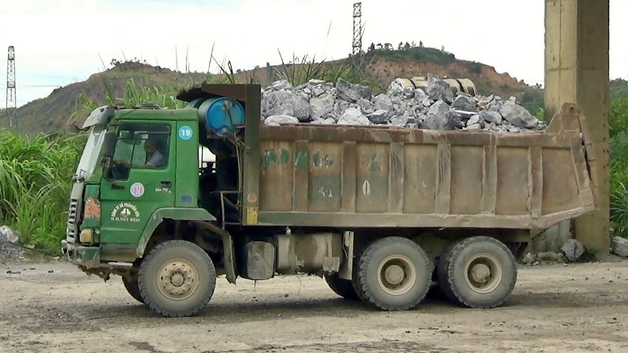 Xe ô tô tải ben Howo vận chuyển chuyển đá sạch vào trạm nghiền đá khủng | DungTube TV