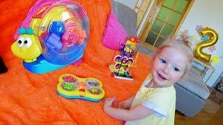 Серйозна Анжеліка і нові іграшки