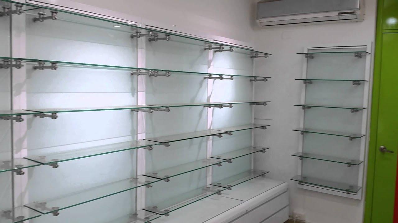 mobiliario con accesorios en acero inoxidable vidrio