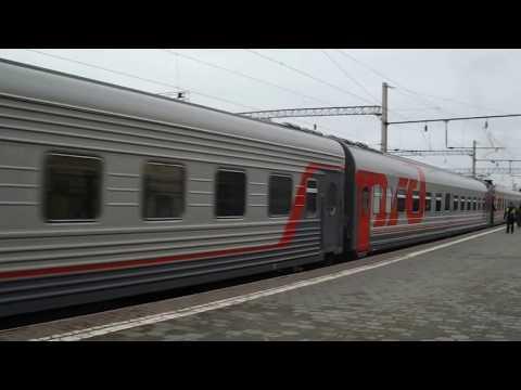 Железнодорожный поезд. Локомотив присоединяет вагоны и уезжает