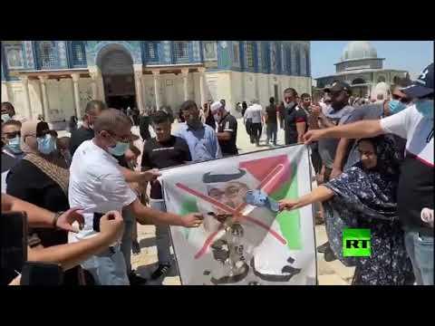 محتجون يحرقون صور ولي العهد الإماراتي أمام المسجد الأقصى