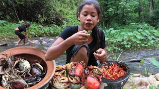 Survival skills: Catch Crabs in River For Food - Crab Cooking With Peppers & Eating Delicious