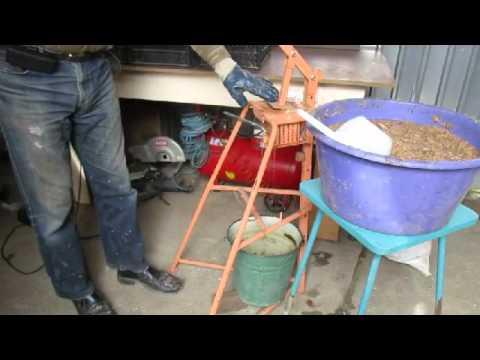 Как делать брикеты из опилок своими руками видео