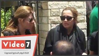 انهيار الفنانة شيرين وجدى فى جنازة والدها..ورانيا فريد شوقى تواسيها