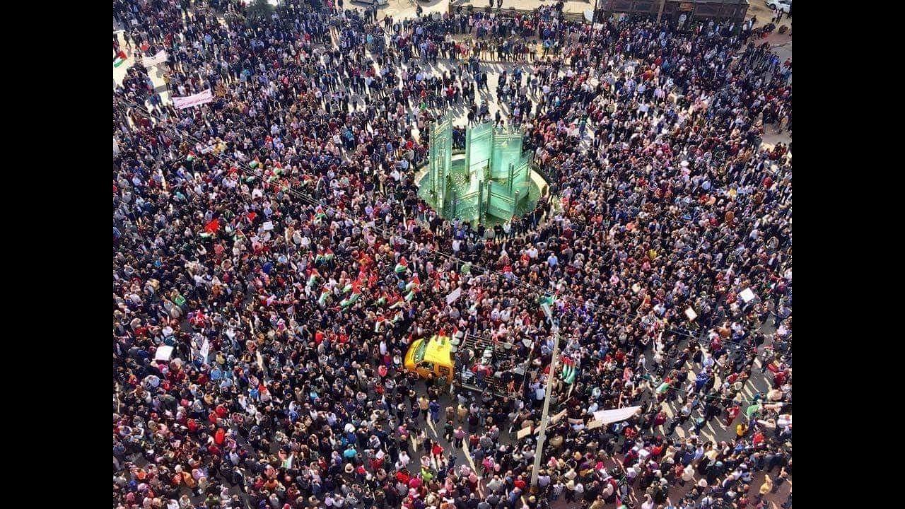 فلسطين - متظاهرون ضد الضمان : أين نضع أموالنا والفساد سيد الموقف منذ 25 عاما !!