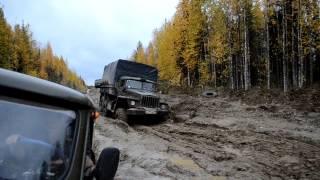 Военная машина УРАЛ 4320 проезжает в грязи бездорожье