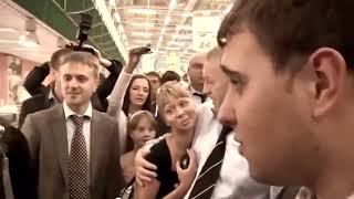 Жириновский в торговом центре г Красноярск Комеди клаб нервно курит