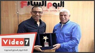 إهداء درع اليوم السابع للمعلم حسن شحاتة تقديرا لتاريخه الرياضى