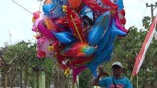 Penjual Balon Karakter Ikut Memeriahkan Pawai Budaya / Karnava…