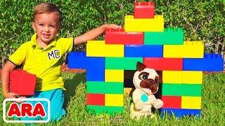 يلعب فلاد و نيكيتا في المكعبات الملونة