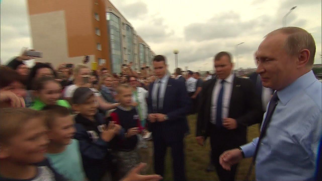 Путин остановил кортеж, чтобы пообщаться с жителями Белгорода