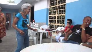 Viejita cubana de 90 años bailando