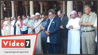 بالفيديو.. محمود سعد يقيم صلاة الجنازة على شقيقه بمسجد عمرو بن العاص