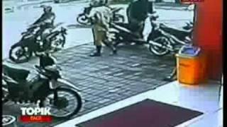 VIVAnews : Kurang Dari 2 Menit, Kawanan Pencuri Sikat Sepeda Motor