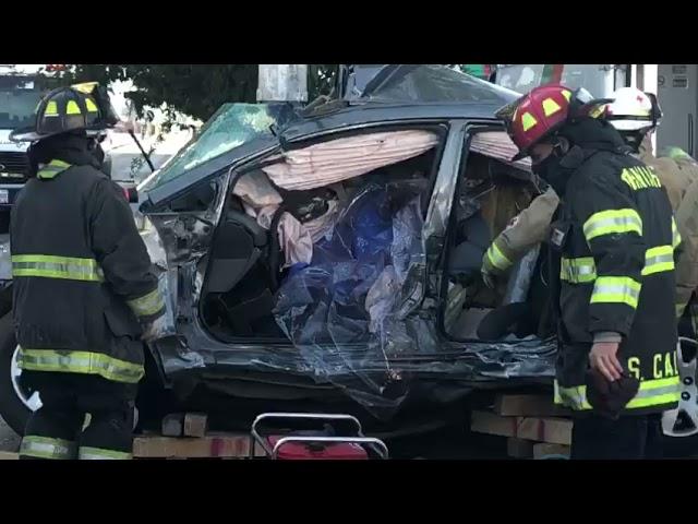 Bomberos rescatan jóvenes atrapados en auto