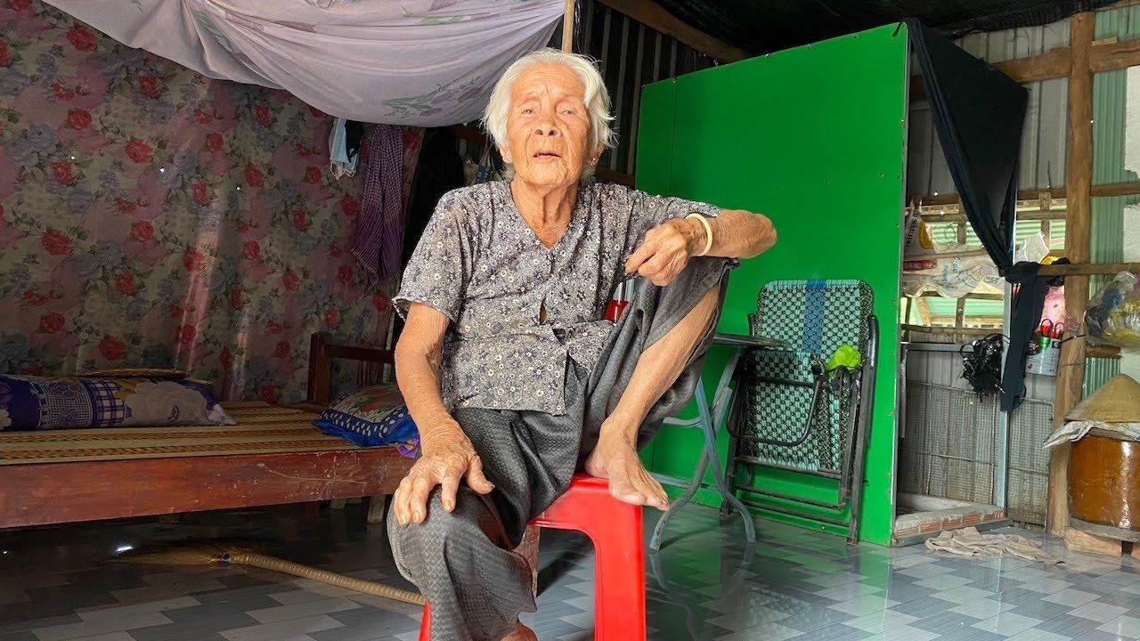 Tiết kiệm hết sức, bà ngoại 98 tuổi cuốc bộ 2 tiếng đi khám bệnh