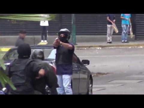 Un hombre armado dispara contra una multitud en Caracas