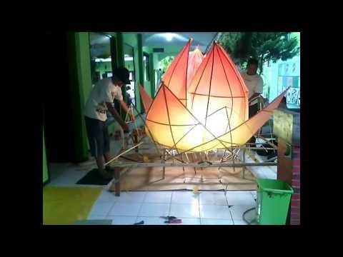 Proses Pembuatan Lampion Bunga Teratai SMA Negeri 1 Bondowoso