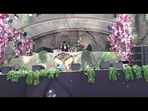 Porter Robinson - The Seconds (with Zedd - Slam The Door w/ ID) Tomorrowland 2013