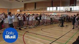"""بالفيديو.. طلاب يستقبلون أرديرن بـ""""الهاكا"""" حزنا على الضحايا"""