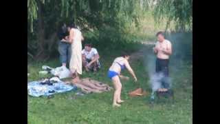 Люди жарят шашлык на берегу Бабаевского пруда. Москва