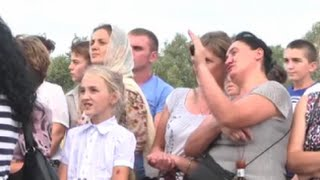 Тысячи людей съезжаются посмотреть на ЧУДО - Явление Божией Матери в Берегове, Украина(Тысячи людей съезжаются посмотреть на ЧУДО - Явление Божией Матери в Берегове, Украина., 2015-09-06T17:34:28.000Z)