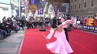 남녀의 아름다운 춤에 감동받은 시민들