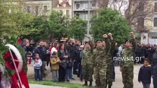 Στρατιώτες καταθέτουν στεφάνι στο Πολυτεχνείο