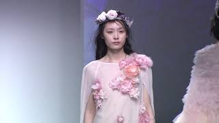 氣質模特穿著長裙走秀,動作優雅迷人,氣質非凡