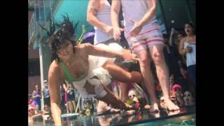 Demi Lovato resbala y se cae de boca.