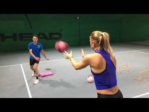 Fitnesstraining mit Carina Witthöft: Medizinballwurf