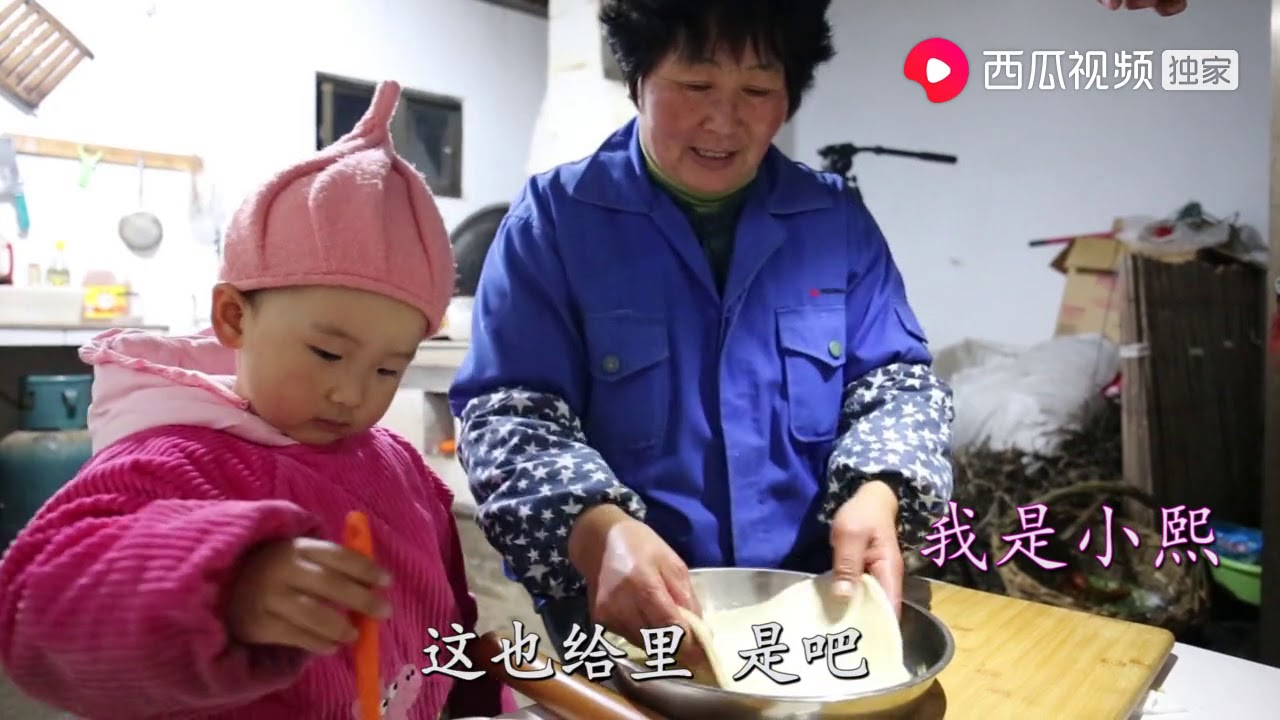 我看爸爸妈妈做恩爱_我是小熙小熙妈妈做荠菜春卷,刚出锅爸爸先尝尝,看吃相就