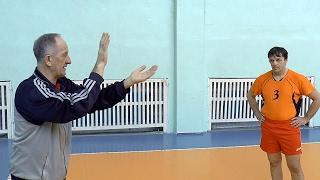 Как делать подачу в волейболе. Часть 2. Обучение волейболу взрослых. Для начинающих.