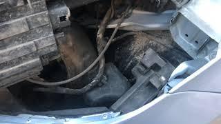 Осмотр авто Hyundai Elantra при замене лампочки в фаре.
