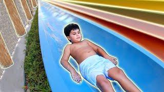 Brincando na Piscina Infantil e Escorregador do Parque Aquático Yas Waterworld Abu Dhabi