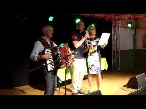 Hera Lind & Moderator Oliver W. Schulte singen