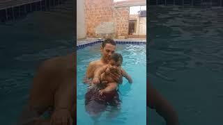Davi Carvalho na piscina