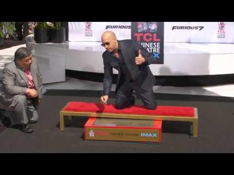 Vin Diesel plaatst hand- en voetafdruk in cement bij TCL CHINESE THEATRE IMAX®