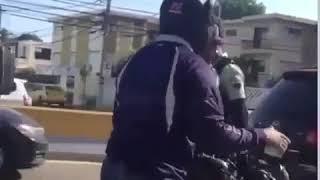 Se hace viral video donde dos agente de la amet quitan llave de motocicleta