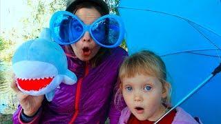 Тася и мама играют и показывают как не надо себя вести детям