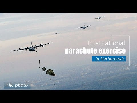 Live: International parachute exercise in Netherlands 多国跳伞演练在荷兰举行
