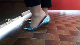 shoeplay with blue metallic Pumps, stilettowoman bbw