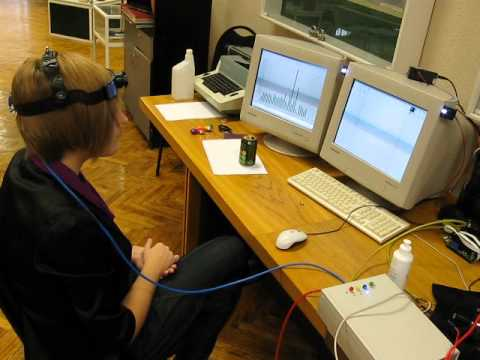 волнами мозга человек набирает текст (интерактивный экспонат)