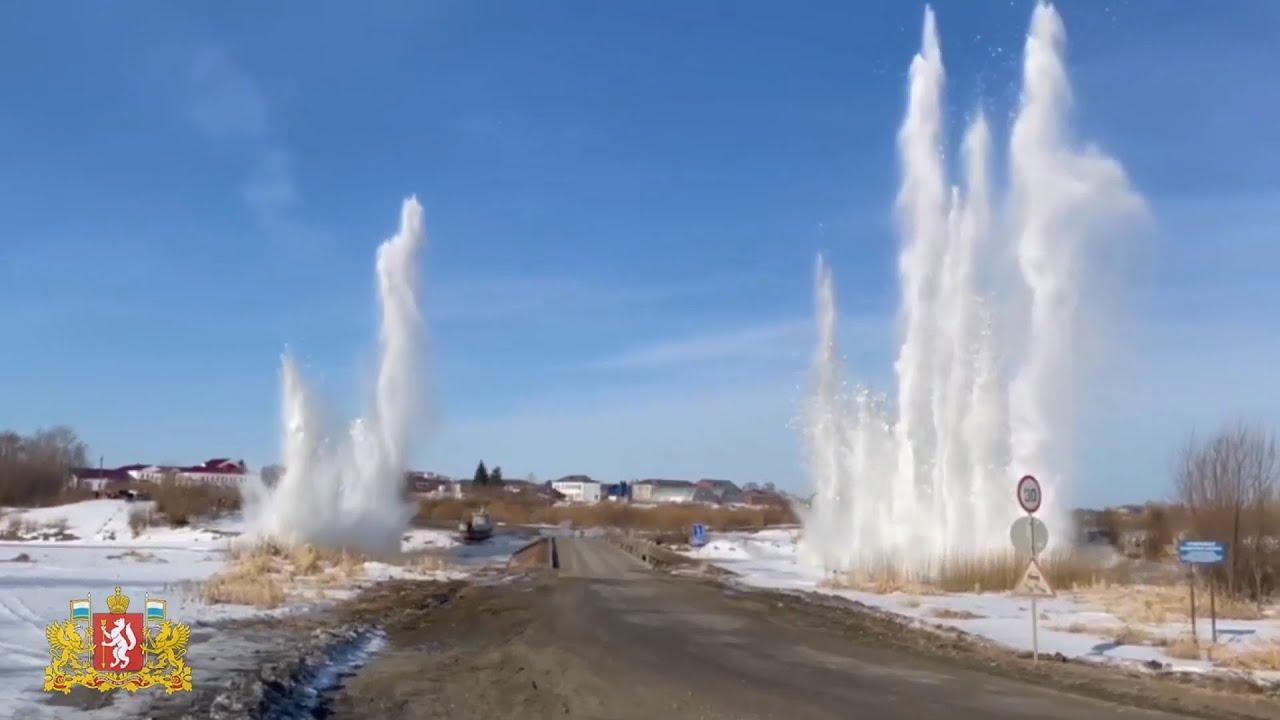 Взрывают лед на реке
