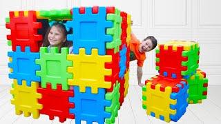 Ali y Adriana están jugando con bloques de juguete multicolor
