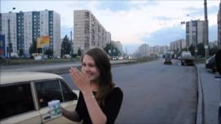 Девушка продаёт чашку водителям