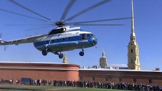 Вертолёт красиво взлетает над Петропавловской крепостью