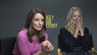 Baixar Tina Fey and Margot Robbie Turn The Tables on Reporter