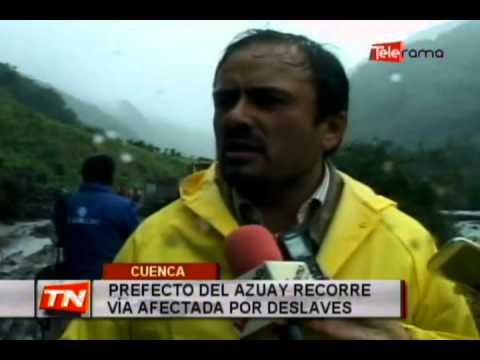 Prefecto del Azuay recorre vía afectada por deslaves