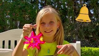 Alicia y hermana jugar esconder y buscar